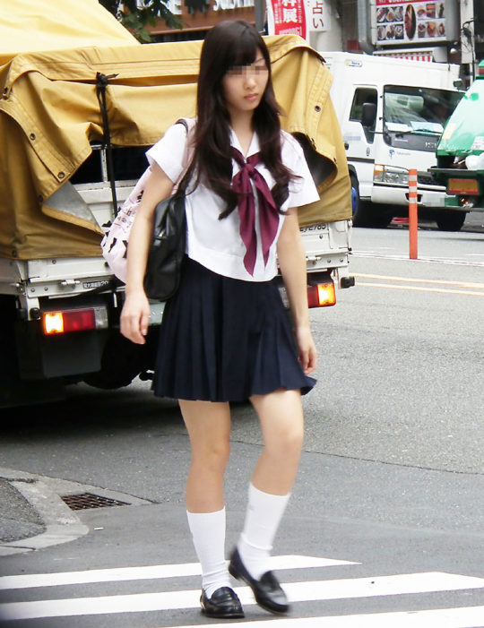 白ハイソックスな街撮り制服女子校