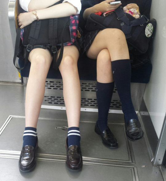 電車で通学している制服女子校生
