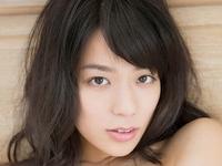 小瀬田麻由がセーラー服を脱いで乳寄せする動画