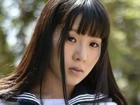 雨宮留菜の白ハイソックスなセーラー服画像