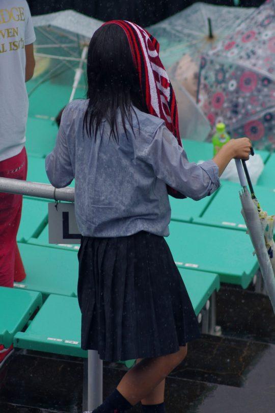 高校野球を応援している女子校生