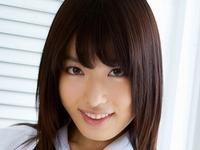 由愛可奈が女子校生の制服を脱いでいくエロ画像