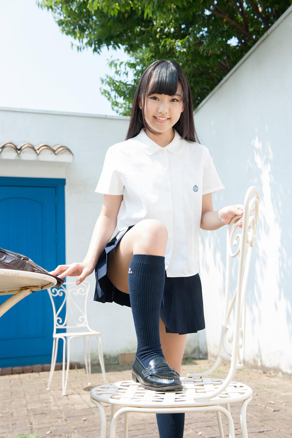 ジュニアアイドル 香月杏珠 いもうとシスターズのメンバーで関西3期生の美形ジュニアアイドル香月杏珠のセーラー服に白ハイソックスと紺色ハイソックスにプリスカな制服画像です。
