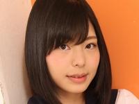 鳴海千秋の色白美脚な女子校生制服コスプレ画像