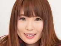 久松樹奈の色白美脚な女子校生制服画像
