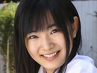 岩田ゆいの白くてムッチリ太ももなJK制服画像