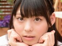 鳴海千秋のピチピチ美脚なJK制服コスプレ画像