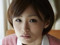 糸山千恵の黒ニーハイな女子校生制服画像
