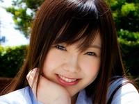松岡里英のムッチリ太ももな女子校生制服画像