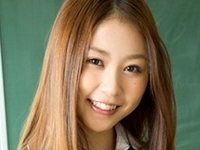 西田麻衣が女子校生の制服を脱いでいく動画