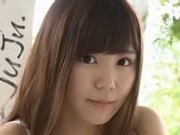 金子栞が女子校生の制服を脱いでいく動画
