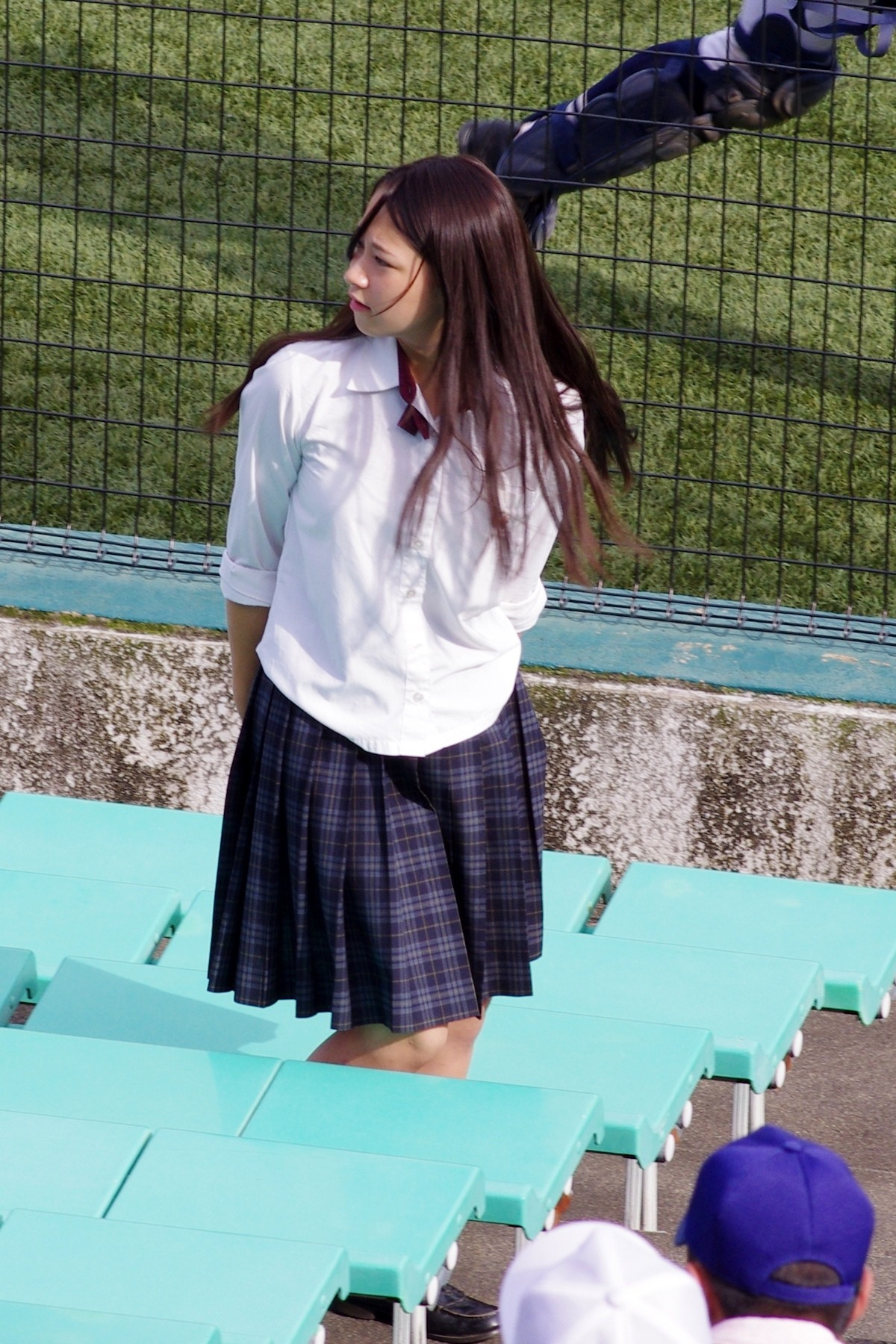 高校野球を応援している制服女子校生の画像