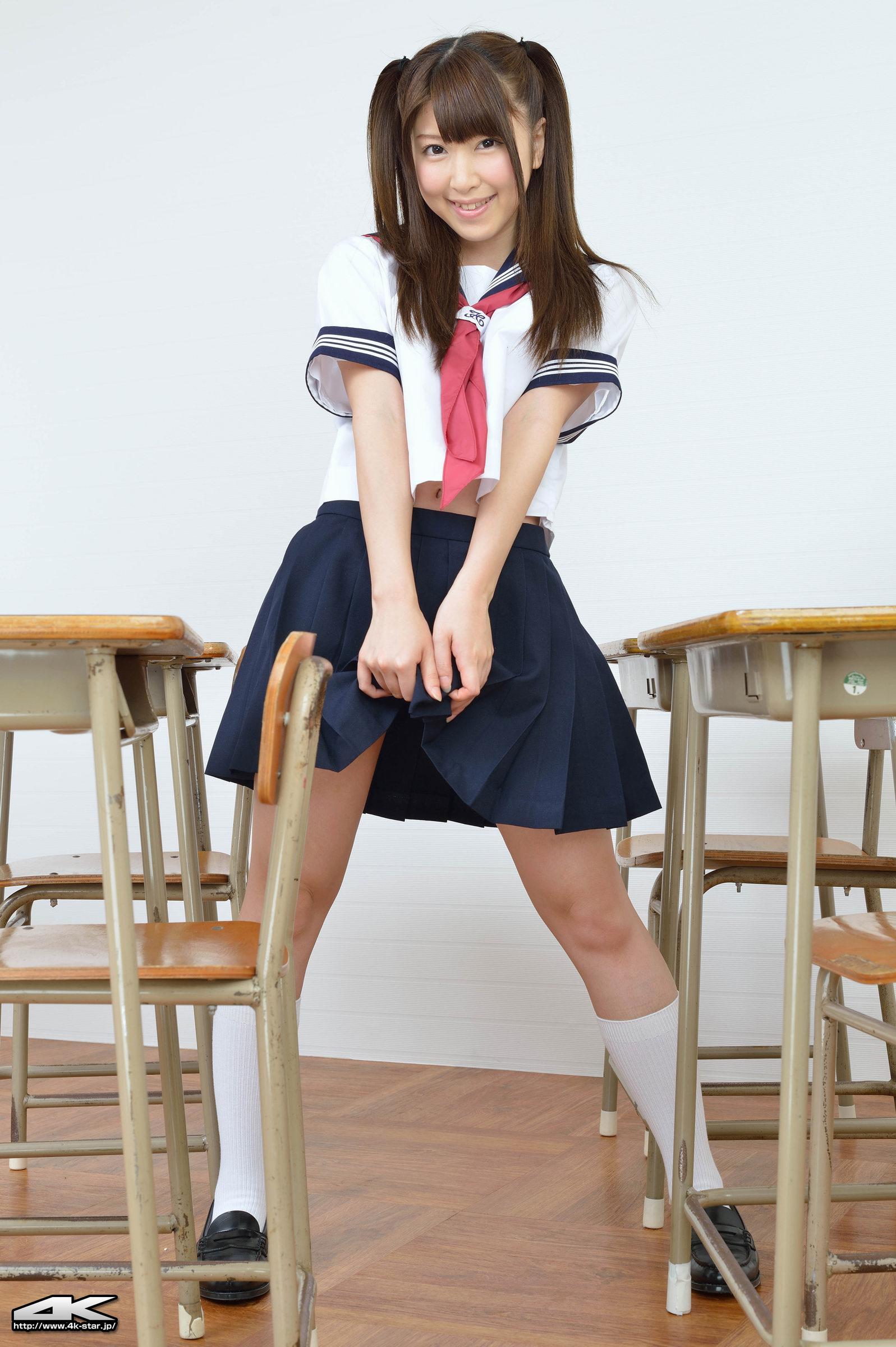 誉田みにの白ハイソックスなセーラー服画像