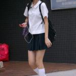 白ハイソックスな街撮り制服女子校生画像その2