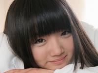 和泉ひよりの白いブレザーな女子校生制服画像