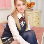 ジェマのベストにニーハイな女子校生制服画像