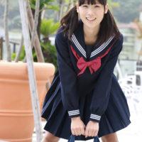 秋山ゆずきのおさげ頭がかわいいセーラー服画像