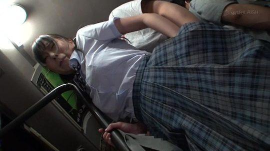 満員バスで乳揉み痴漢され感じまくる巨乳女子校生