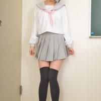 五十嵐星蘭の色白美脚な女子校生制服画像