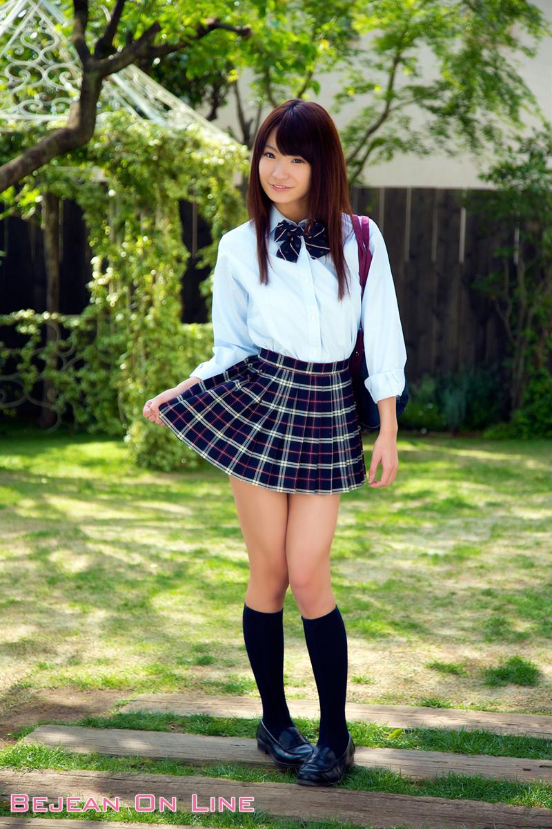 星乃まおりの紺色ハイソックスな女子校生制服画像
