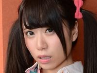 初美りんのピチピチ美脚な女子校生制服画像