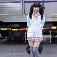 平野もえのムッチリ太ももな女子校生制服画像