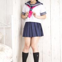 佐倉仁菜の紺色ハイソックスなセーラー服画像