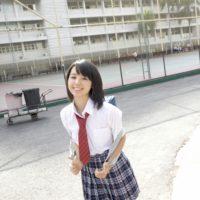 小池里奈の紺色ハイソックスな女子校生制服画像