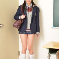 河原かえでの白ハイソックスな女子校生制服画像