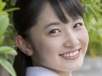 森戸知沙希の白い半袖のセーラー服のJK画像