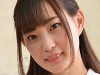 美谷朱里のスレンダー美脚な女子校生制服画像