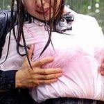 雨に打たれながら痴漢に巨乳を揉まれる女子校生