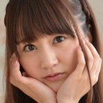 浜田翔子の白ブレザーにエンジ色ハイソな制服画像
