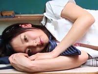 西田夏芽が教室で制服を脱いで手ブラになります