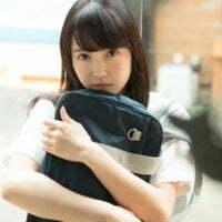 藤野志穂のノーソックスな女子校生制服画像