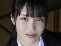 小泉かなのブレザーに紺色ハイソな女子校生制服画像