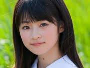 前田憂佳 紺色プリスカと白ソックスな制服画像