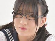 谷かえ 黒メガネに白ソックスなセーラー服画像